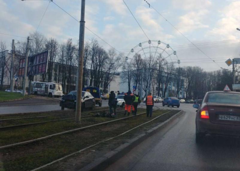 Иномарка въехала в столб. Утреннее ДТП остановило движение трамваев и создало пробку