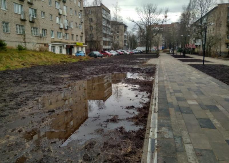 «Комфортненько». В Смоленске вокруг нового сквера развели непролазную грязь