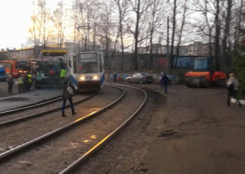 В Смоленске асфальтоукладчик снес двери трамваю