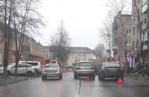 Объезд по встречке. В Смоленске на Крупской ДТП мешает проезду