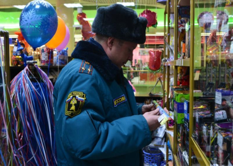Пьяным смолянам пиротехнику не продадут. МЧС проверяет места новогодних праздников и продажи фейерверков