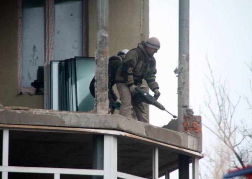 «Строители вернулись и начали разбирать здание». Что происходит в недостроенной прогимназии Смоленска?