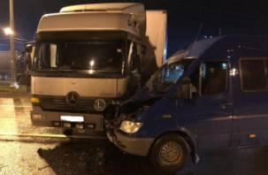 В Краснинском районе микроавтобус влетел под фуру