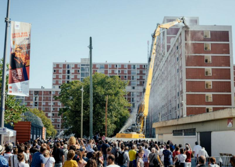 В Гагарине начали сносить многоэтажный жилой комплекс