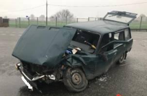 В Смоленской области ВАЗ влетел под внедорожник. Два человека в больнице