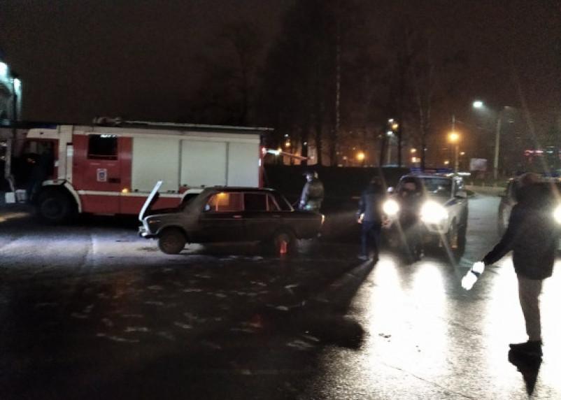 В Смоленске около торгового центра сгорел ВАЗ