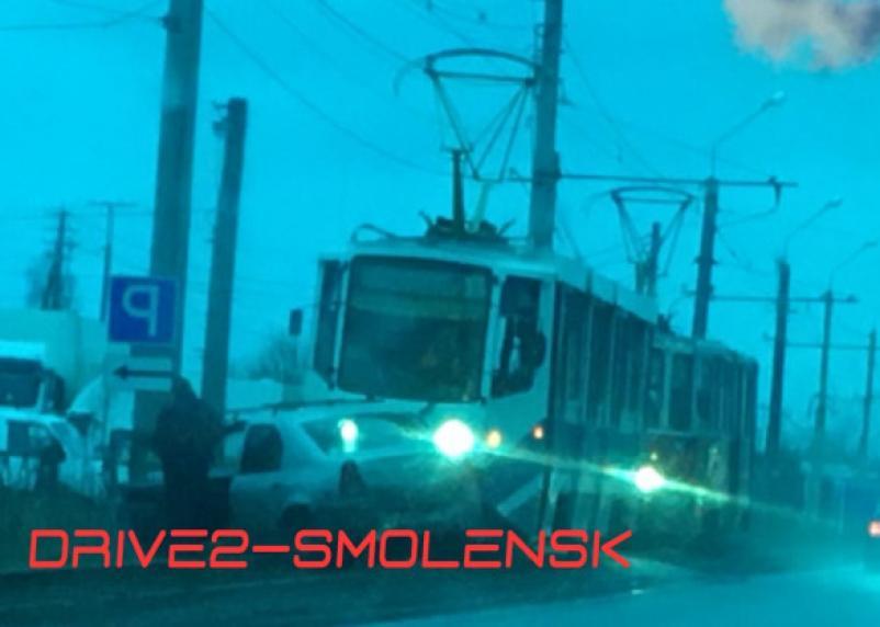 В Смоленске трамвай протащил несколько метров авто по путям