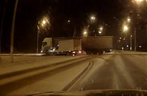 Момент столкновения грузовика и фуры на окружной попал на видео