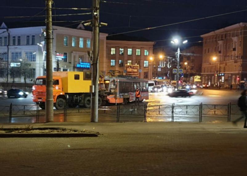В центре Смоленска трамваи стали в пробке