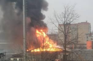 В Сафонове произошел крупный пожар. В Сети появились фото и видео с места ЧП