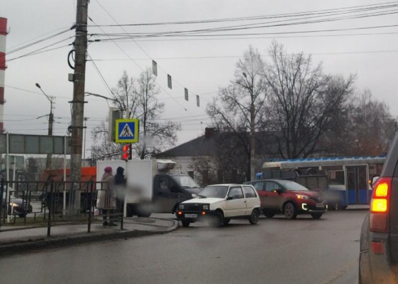 В Смоленске ДТП на Виадуке парализовало движение трамваев