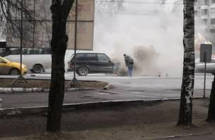 В Сети появилось видео горящей иномарки в Смоленске