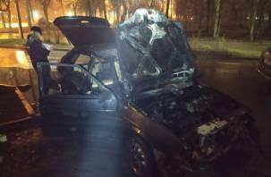 В Смоленске на проспекте Гагарина загорелся автомобиль