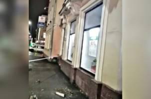 «Будьте осторожны». В центре Смоленска обрушился фасад здания