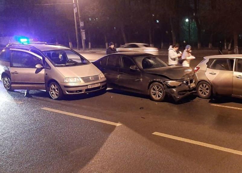 На проспекте Гагарина столкнулись шесть машин