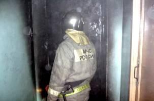 В Смоленске в пятиэтажке подожгли двери в квартиру?