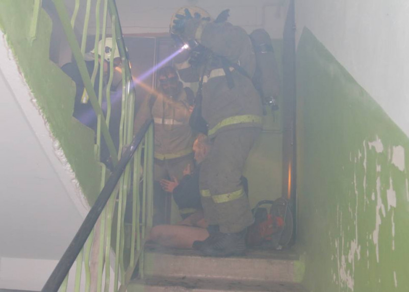 В Ельне при пожаре в квартире пострадал человек