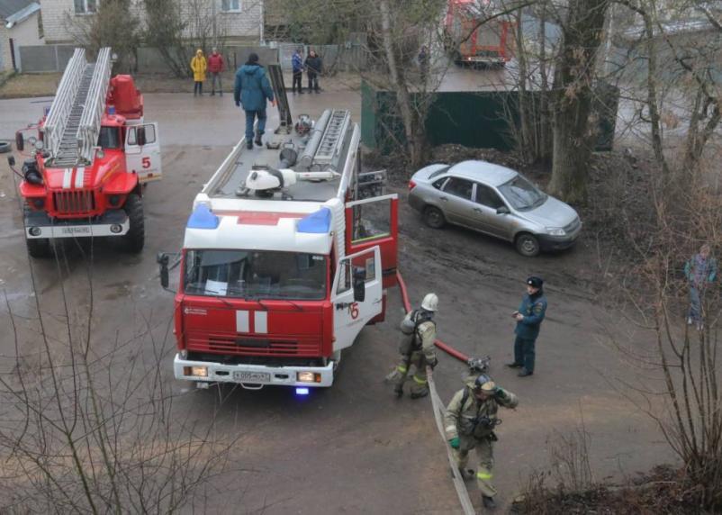 В доме на проспекте Гагарина эвакуированы десять человек. Женщина доставлена в больницу
