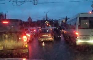 В Смоленске на Дзержинского собрался «паровоз» из трёх авто