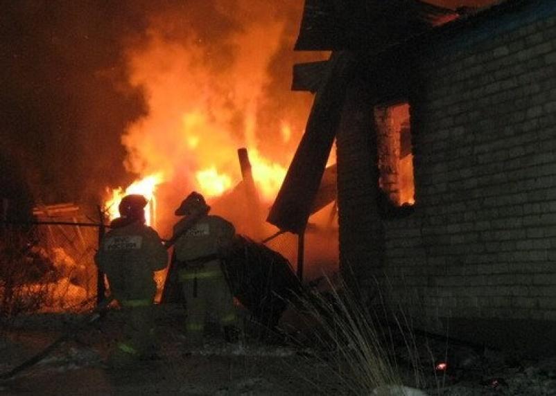 В Ярцеве в горящем доме пострадал человек
