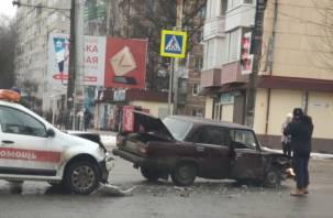 На перекрестке трех дорог аварийный комиссар попал в ДТП