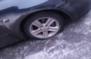 Шины на помойку. Яма на дороге в Смоленске «убила» автомобиль