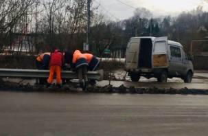В Смоленске демонтировали дорожный знак посреди тротуара