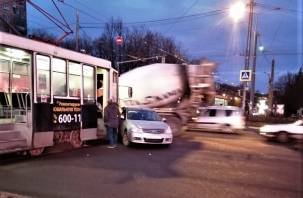Утреннее ДТП в Смоленске остановило движение трамваев и создало пробку
