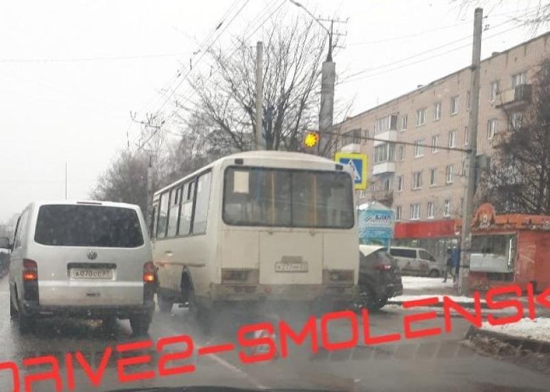 Рядом со школой на Рыленкова легковушка схлестнулась с ПАЗ