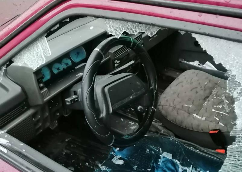 В Смоленске неизвестные разбили стекло автомобиля