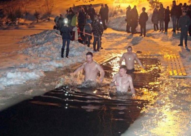 В крещенских купаниях планируют участвовать 13% опрошенных россиян