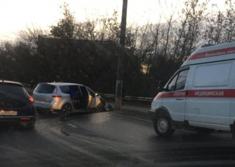 Протаранил опору ЛЭП. В Смоленске ищут очевидцев ДТП с «Рено»