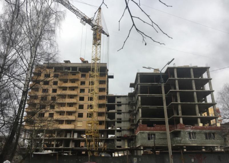 В Смоленске с многоэтажки строительные конструкции рухнули на детскую площадку