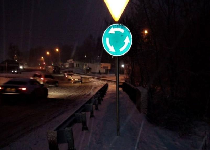 Как с коляской обойти? В Смоленске дорожный знак поставили посреди тротуара