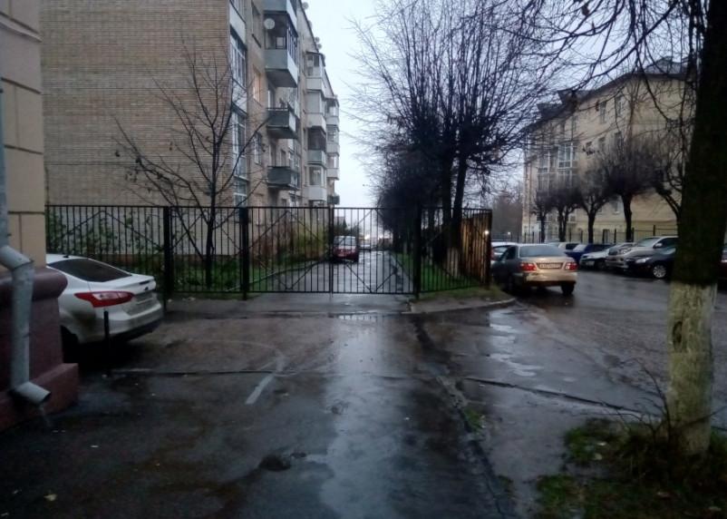 Городским властям предложили убрать забор на тротуаре в центре Смоленска