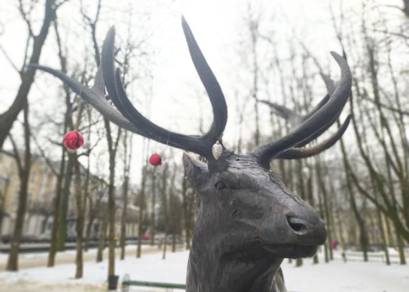 Бронзового оленя в Смоленске отгородили металлическим забором