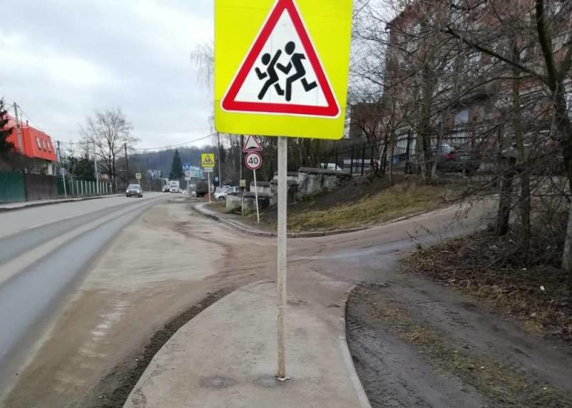Креатив по-смоленски. Дорожники установили знак посреди тротуара