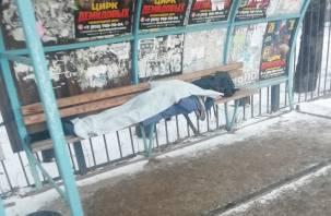 В Смоленске на остановке труп лежит. «Рядом скорая стоит»