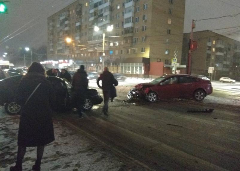 В Смоленске на Кирова серьезное ДТП заблокировало движение транспорта