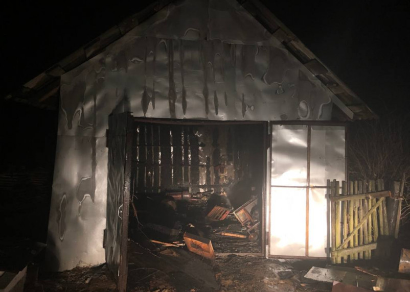 Огонь повредил автомобиль. В Смоленской области горел гараж