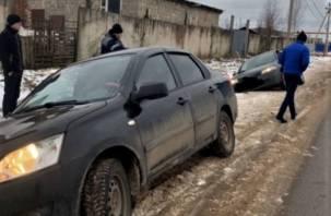В Сафоново два автомобиля провалились в яму на дороге