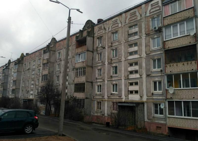 «С поехавшей крышей». В Смоленске жильцы пятиэтажки почти год живут в режиме ЧС