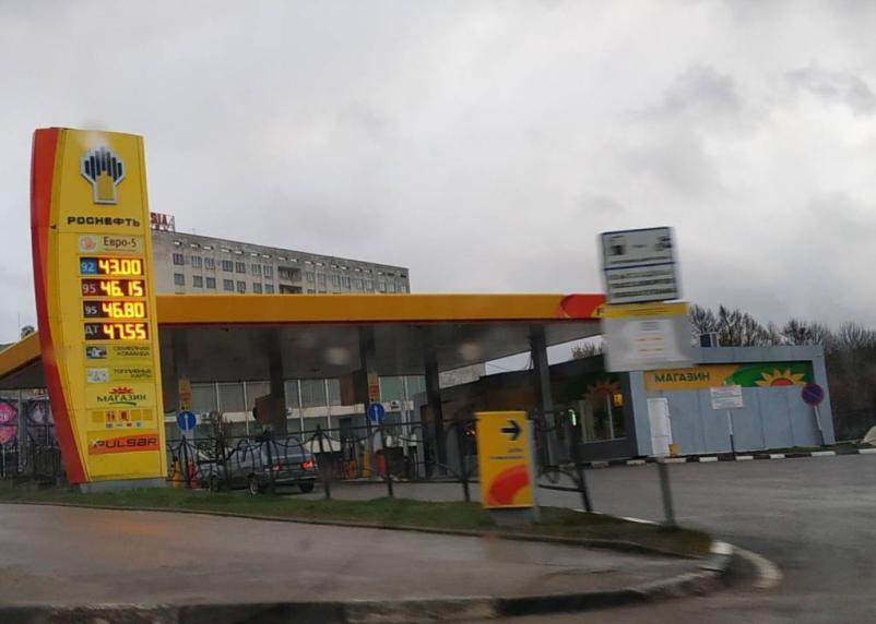 На смоленских заправках взлетели цены на бензин