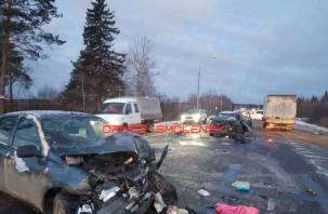 «Автомобили в хлам». Последствия серьезной аварии под Смоленском сняли на видео