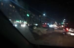 В центре Смоленска иномарка протаранила столб