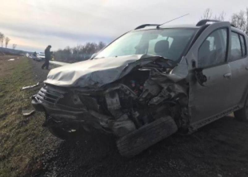 В Смоленской области автоледи на иномарке врезалась в ограждение и попала в больницу