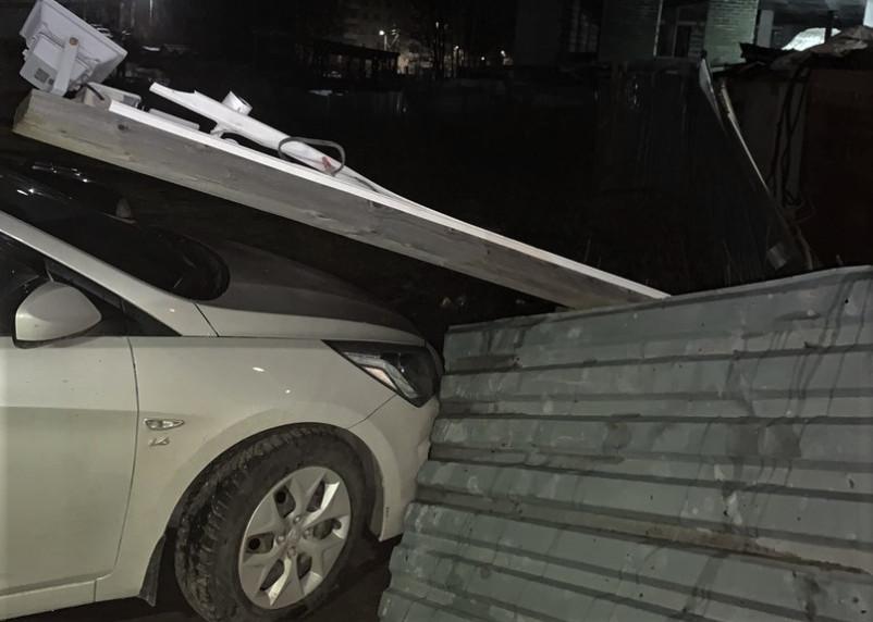 Строительный забор рухнул на иномарку в Смоленске