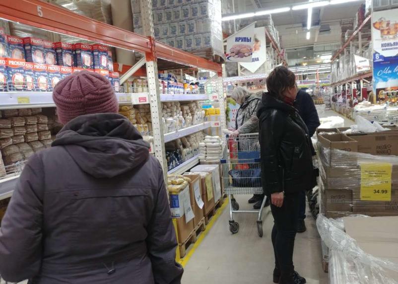 Ситуация с продуктами в Смоленске: прилавки ломятся, цены растут, гречка в дефиците