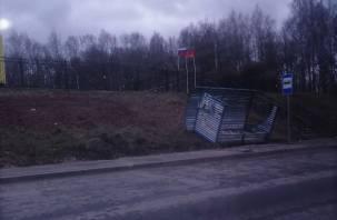 В Смоленске порывы ветра снесли остановку