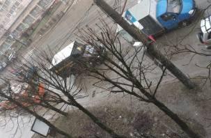 В Смоленске на Кирова схлестнулись две Газели и троллейбус